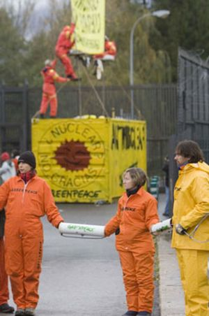 Miembros de Greenpeace se encadenan  en la central nuclear de Garoña y bloquean su acceso