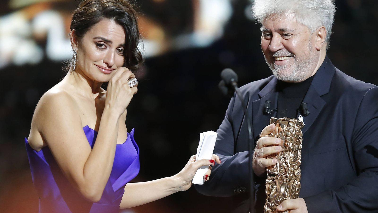Foto:  Penélope recibe el premio de manos de su amigo, Pedro Almodóvar. (Gtres)