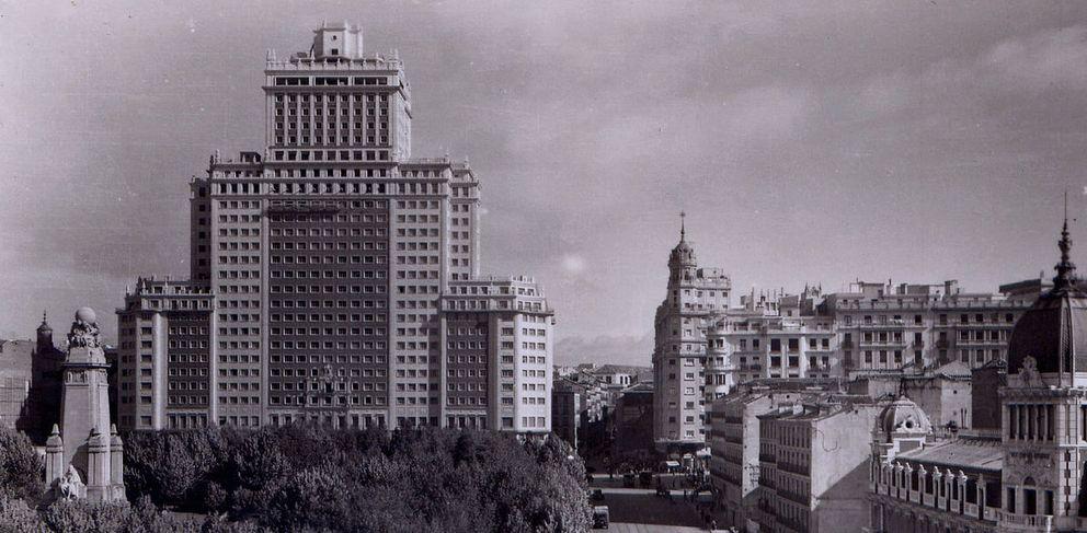 Foto: El Edificio España en los años 50 (foto: Anual-Wikipedia)
