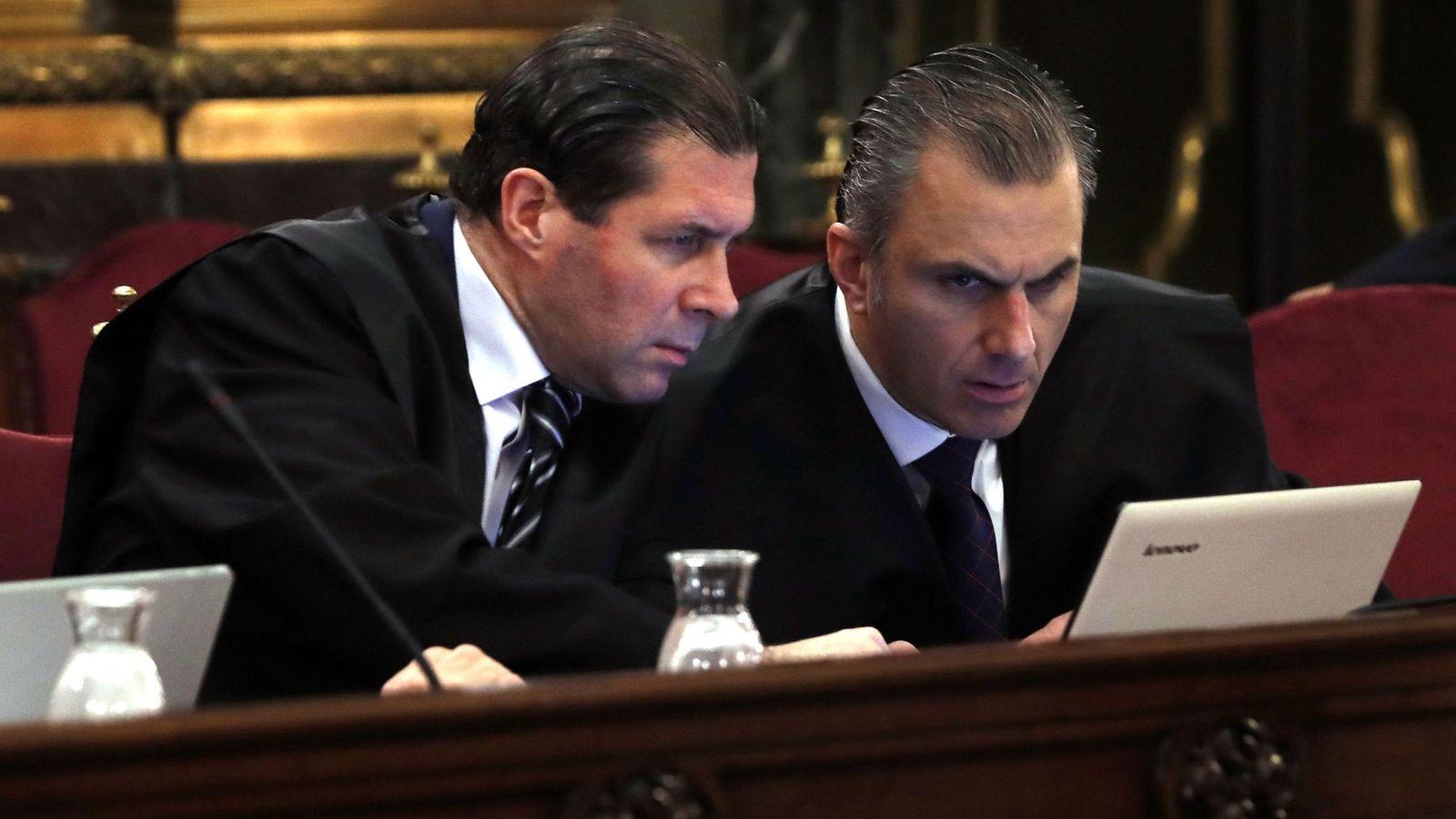 Foto: El secretario general de Vox, Javier Ortega Smith (d), y el vicesecretario jurídico de Vox, Pedro Fernández (i). (EFE)
