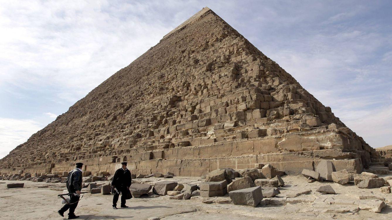 Foto: La Gran Pirámide, vista desde abajo. (EFE)