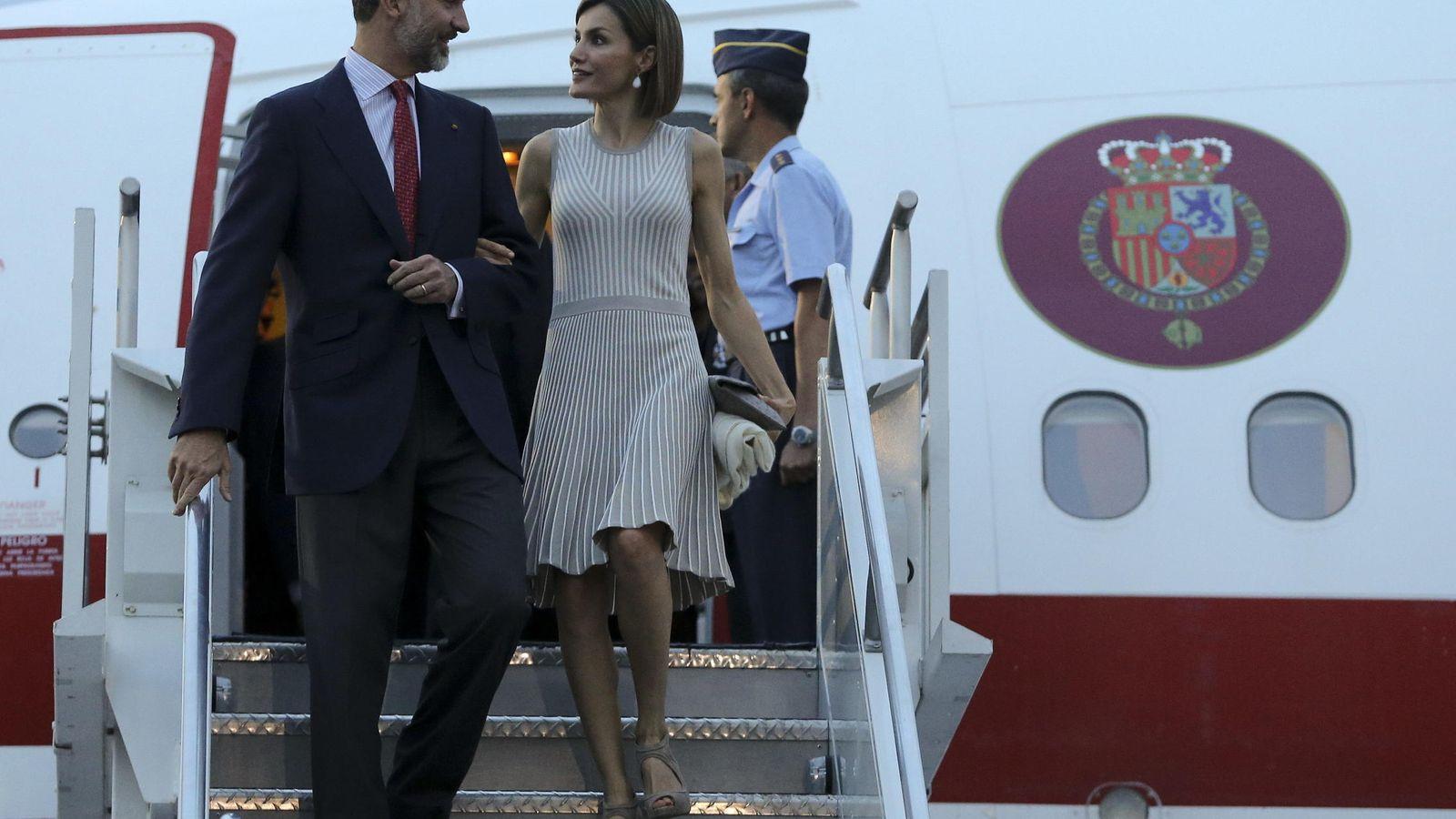 Foto: Los Reyes bajan del avión el pasado mes de junio a su llegada a México (EFE)