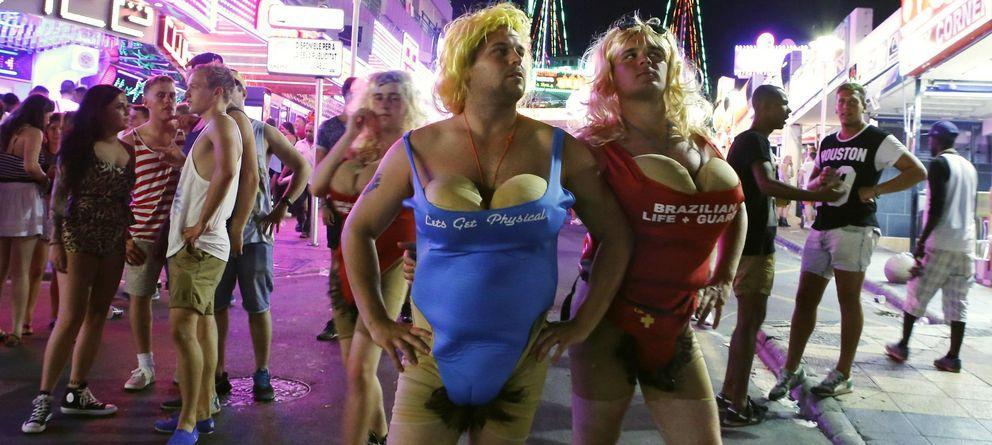 Foto: Turistas disfrazados posan para una foto en la calle Punta Ballena en Magaluf. (Reuters)