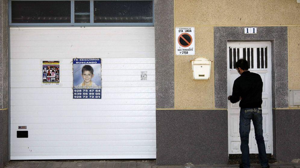 Foto: Un familiar de Yéremi Vargas, a la entrada de la casa de sus abuelos. (EFE)