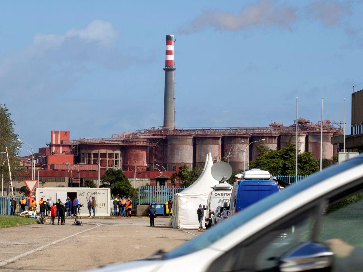 Foto: Trabajadores de la fábrica de san cibrao de alcoa inician huelga indefinida (EFE)