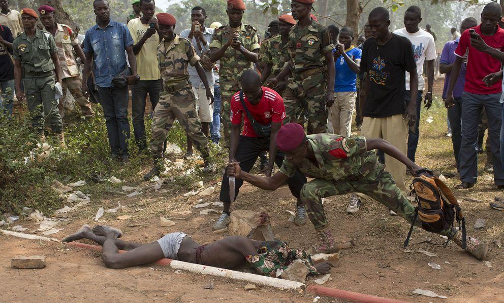 Un soldado acuchilla a un supuesto Seleka el 5 de febrero en Bangui (Reuters).