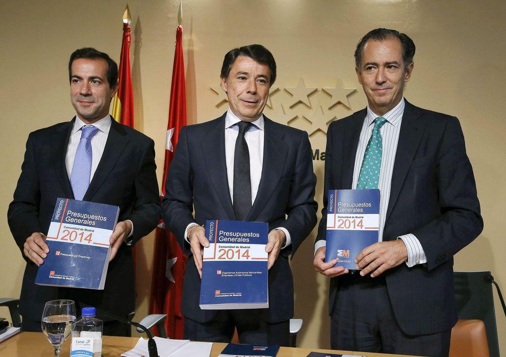 Foto: Ignacio González, acompañado por el consejero de Economía y Hacienda, Enrique Ossorio. (EFE)