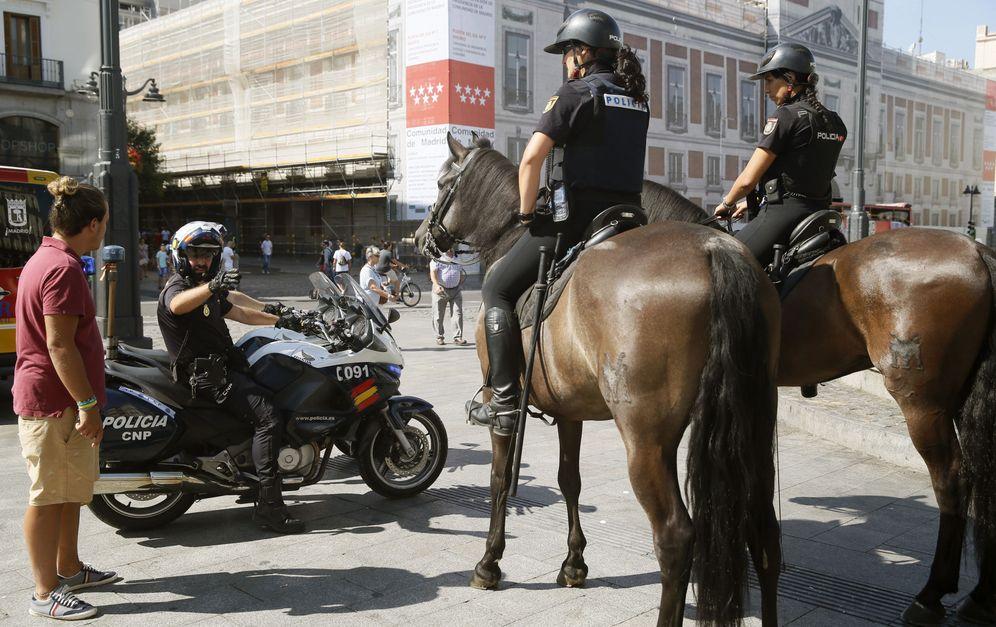 Foto: Imagen de archivo de varios agentes de la Policía Nacional patrullan en la Plaza de la Puerta del Sol en Madrid