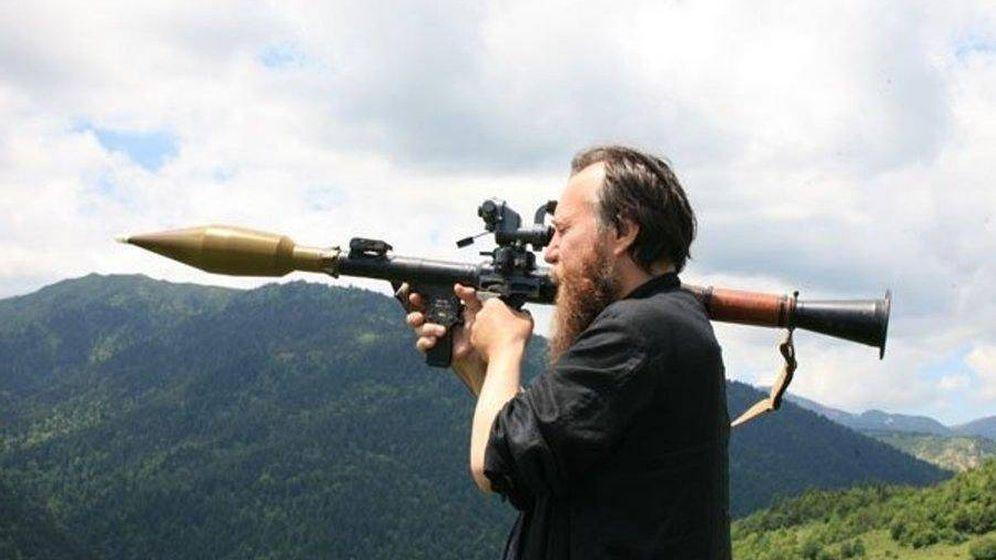 Foto: Aleksandr Dugin, con una granada anticarro en Osetia del Sur, en 2008. (Cortesía de A. Dugin)