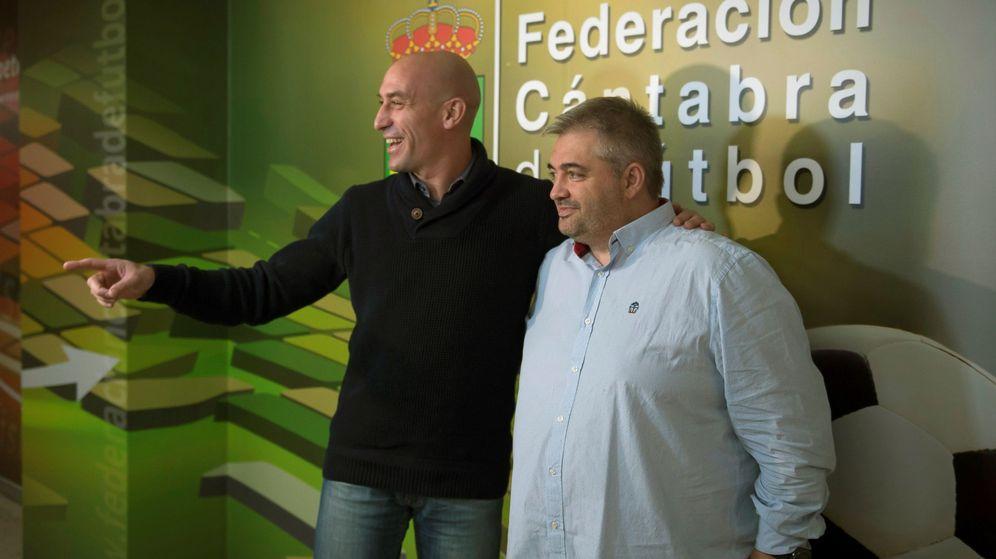 Foto: Luis Rubiales, presidente de la RFEF, junto al presidente de la Federación Cántabra de Fútbol, José Ángel Peláez. (EFE)