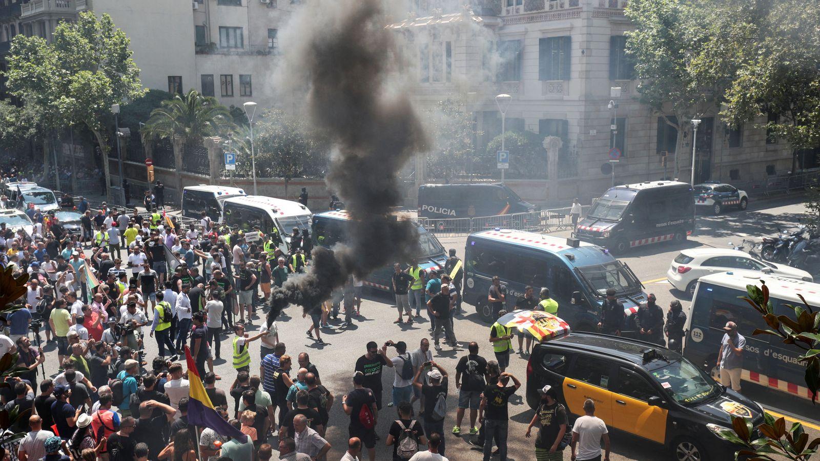 """Foto: Incidente durante la """"marcha lenta"""" de taxistas en Barcelona contra las VTC. (Reuters)"""