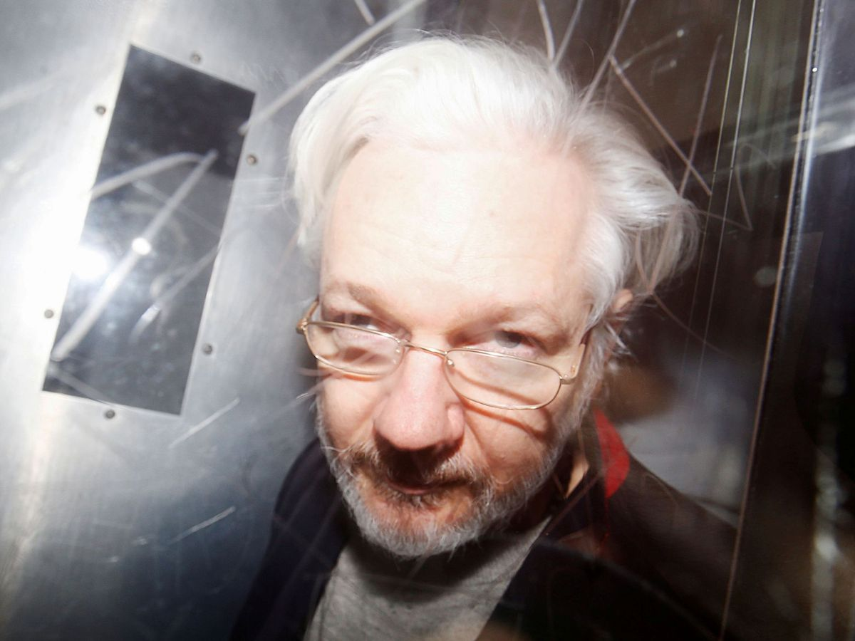 Foto: Julian Assange abandona los juzgados de  Westminster en London el 13 de enero (Reuters)