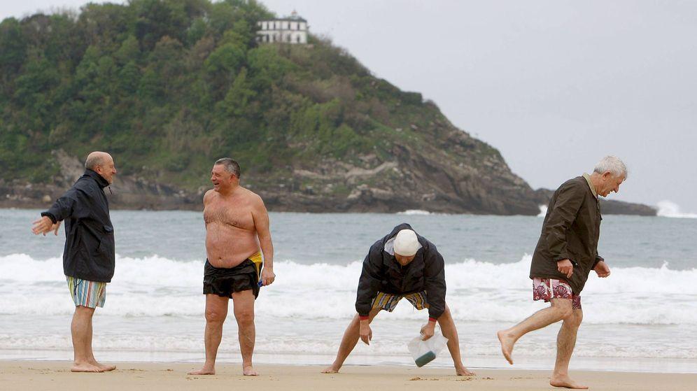 Foto: Un grupo de jubilados en la playa de la Concha de San Sebastián. (EFE)