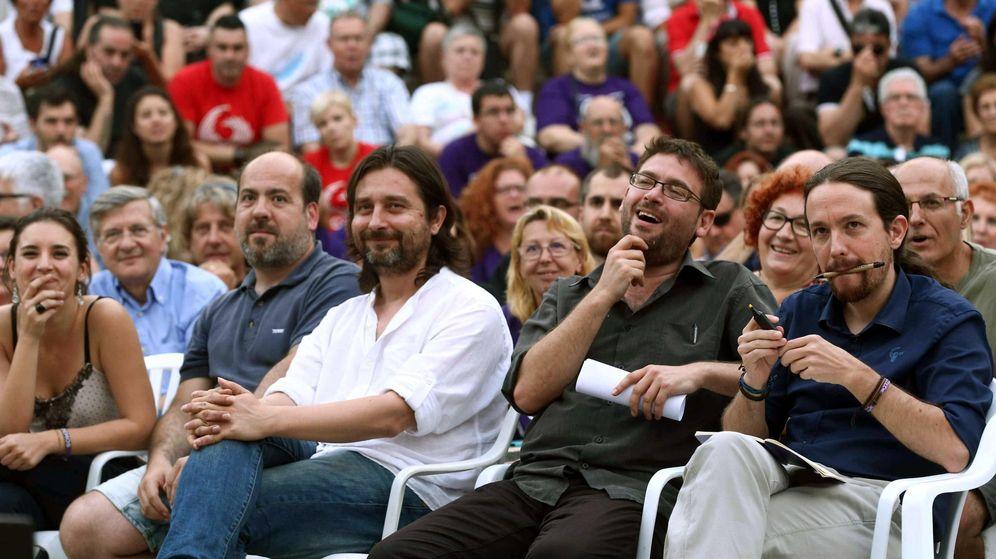 Foto: El líder de Podemos, Pablo Iglesias (d), junto al secretario general de Podem, Albano Dante (2d), durante un mitin electoral en Badalona. (EFE)