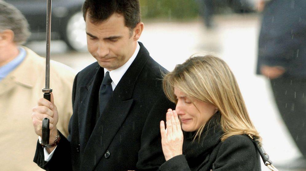 Foto: Felipe y Letizia, tras el funeral de Érika Ortiz. (Getty)