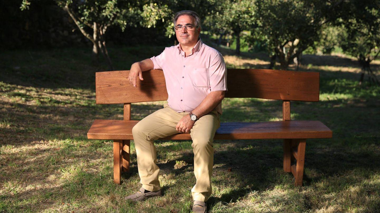 Ricardo Vila posa en un banco del pueblo. (EC)