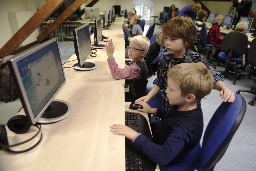 Foto: Estudiantes de primer grado aprenden un simple proceso de programación en un colegio de Tallin. (Reuters)