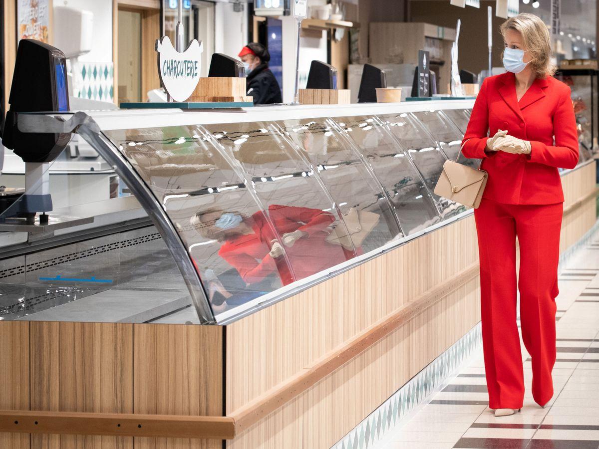 Foto: Matilde de Bélgica, visitando a los empleados de Carrefour. (Reuters)