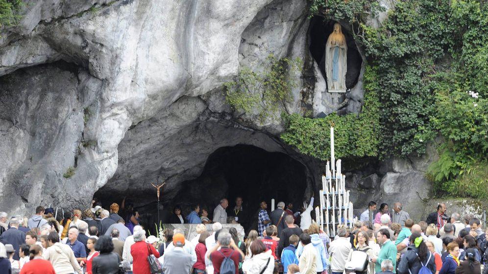 Foto: Peregrinos visitan la gruta donde supuestamente apareció la Virgen en Lourdes, Francia. (EFE)