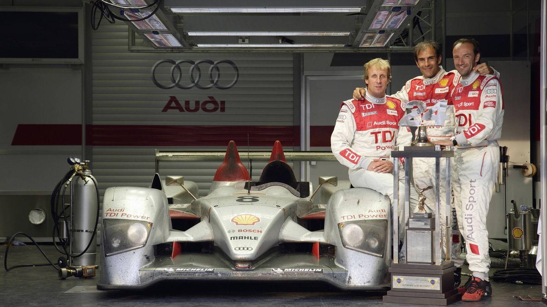 El R10 TDI de motor diésel ganador en Le Mans en 2006, junto a sus tres pilotos: Frank Biela, Emmanuele Pirro y Marco Werner.