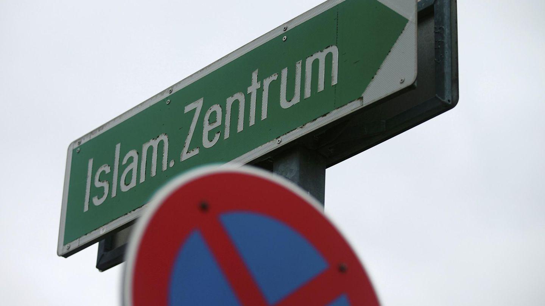Un cartel indicando la dirección al Centro Islámico de Viena. (Reuters)