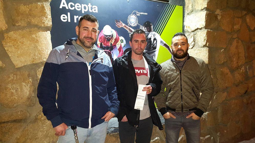 Foto: Raúl, Iván y Javier, con el resguardo que acredita su apuesta. (A.P.)