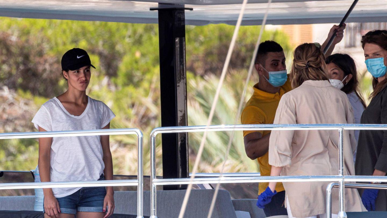 Mery Perelló, poniendo a punto el barco. (EFE)