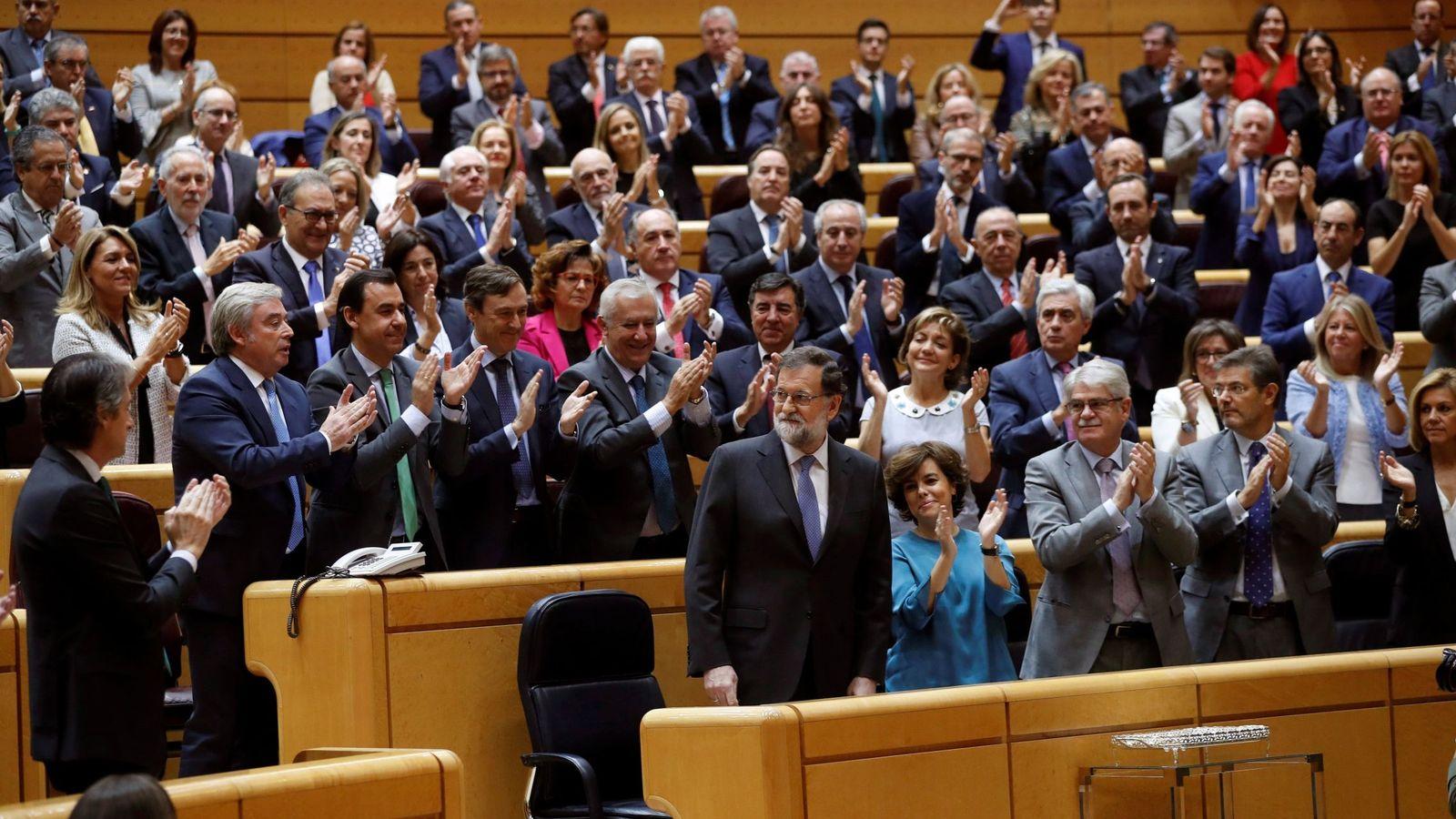 Foto: El presidente del Ejecutivo, Mariano Rajoy (abajo - 2i), es aplaudido por los miembros del grupo parlamentario popular, al término de su intervención. (EFE)