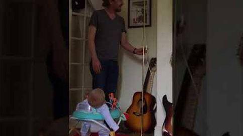 Un bebé se parte de risa con el truco de magia de su padre