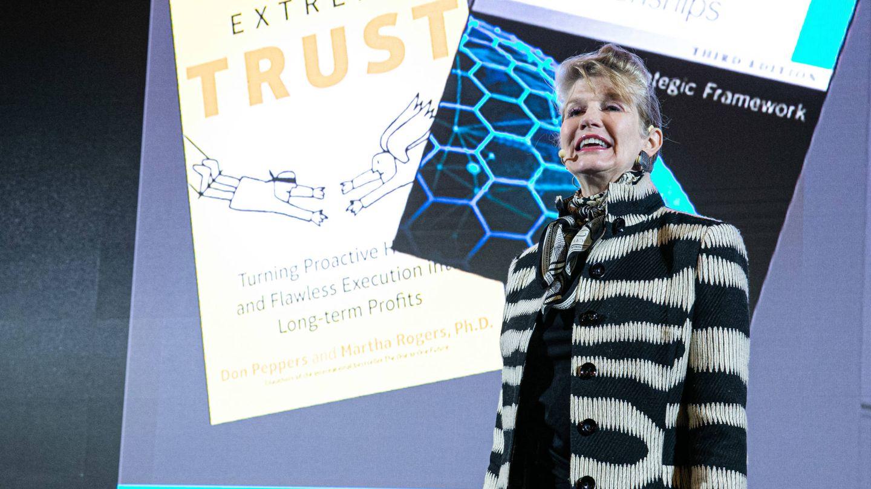 Martha Rogers, experta en estrategias comerciales centradas en el cliente.