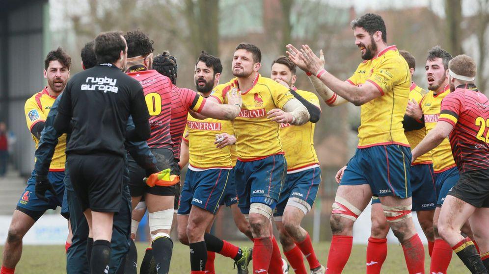 Foto: Los jugadores de la selección española persiguieron al árbitro tras el final del Bélgica-España jugado en Bruselas el 18 de marzo. (EFE)