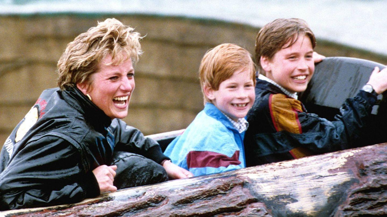 Diana, con los príncipes Guillermo y Harry. (Cordon Press)