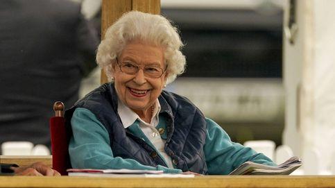 Isabel II, radiante de felicidad entre caballos tras un encuentro con Merkel