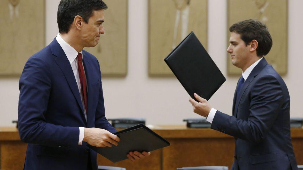 Foto: Sánchez y Rivera firman el acuerdo de investidura y legislatura. (EFE)