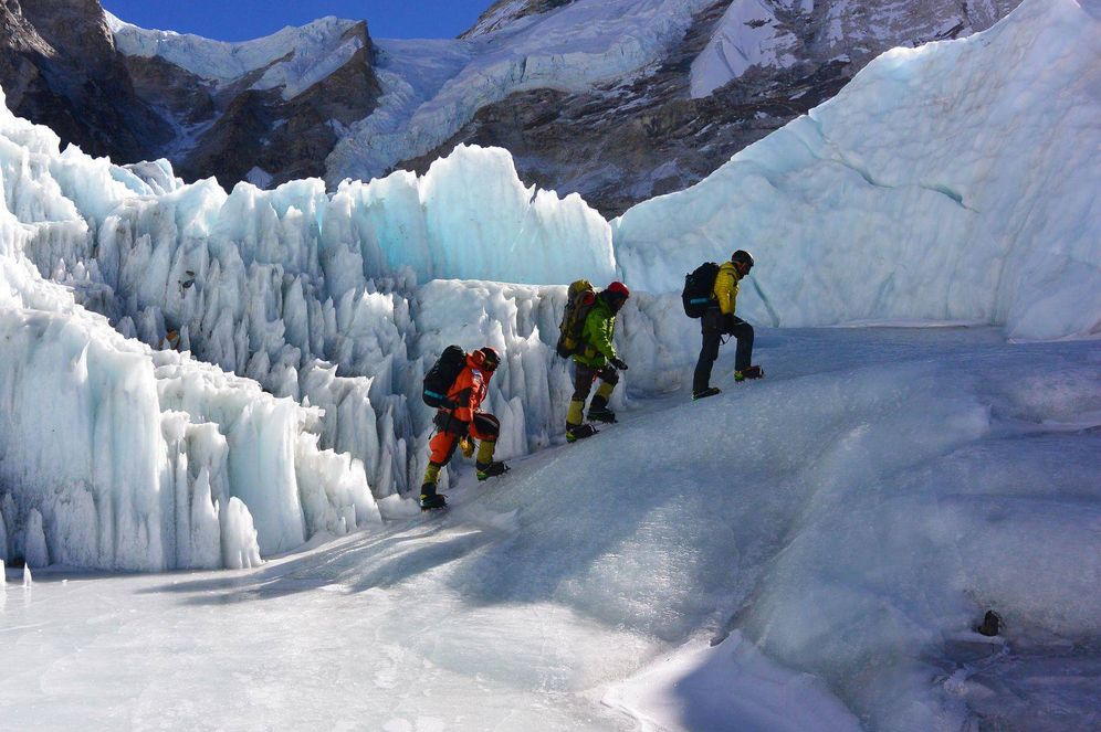 Foto: Alex Txikon (i), Temba Bothe (c), y Ali Sadpara (d) abandonan el Campo Base para iniciar el ascenso a la cumbre.