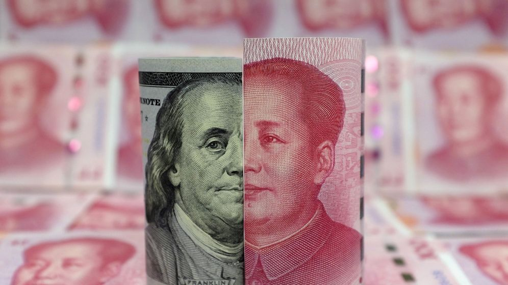 Foto: Un dólar junto a un yuan. (Reuters)