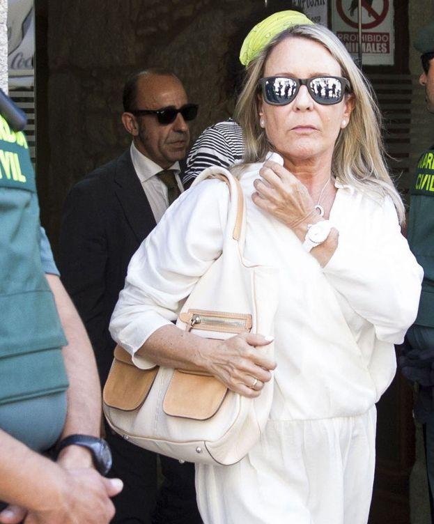 Foto: La viuda de Camilo José Cela, la periodista Marina Castaño, a su salida del juzgado de Padrón. (EFE)