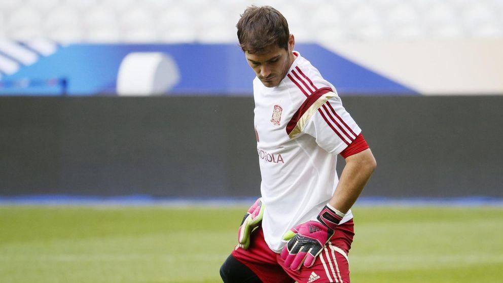 Iker recupera los galones de mando de la Roja para no hundirse más