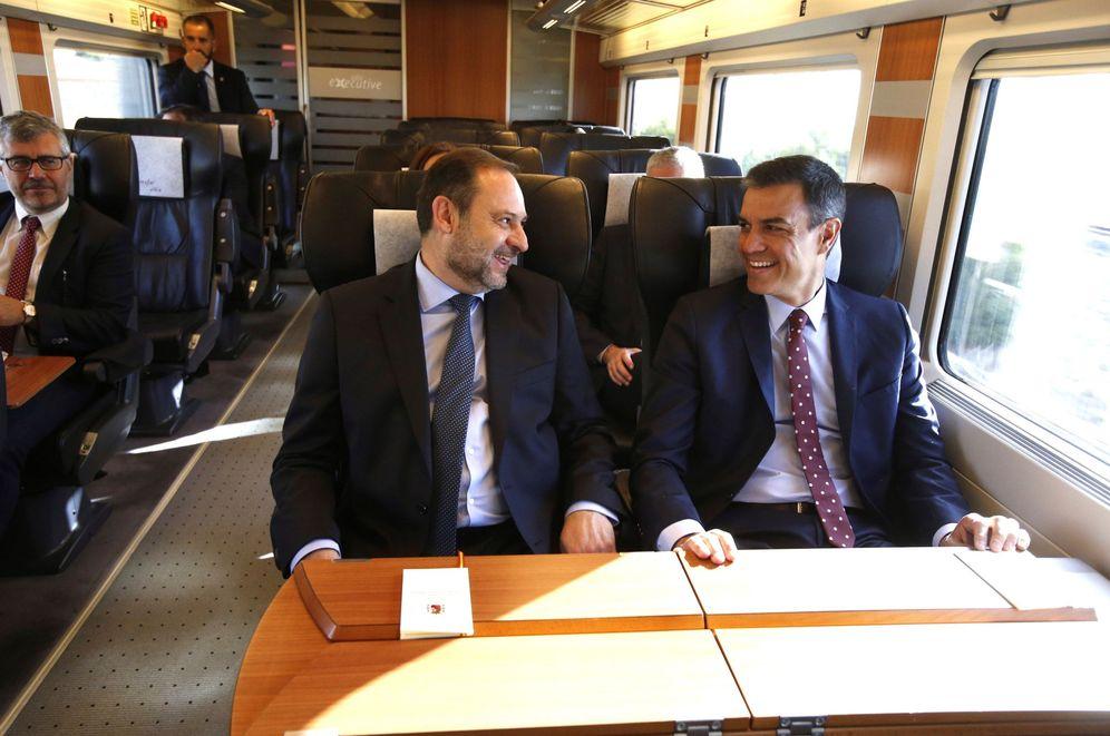 Foto: Pedro Sánchez y José Luis Ábalos, el pasado 25 de junio en la inauguración de la línea de AVE Madrid-Granada. (EFE)