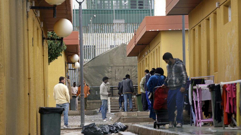 Foto: Varios migrantes en el CETI de Melilla, en febrero de 2014. (EFE)