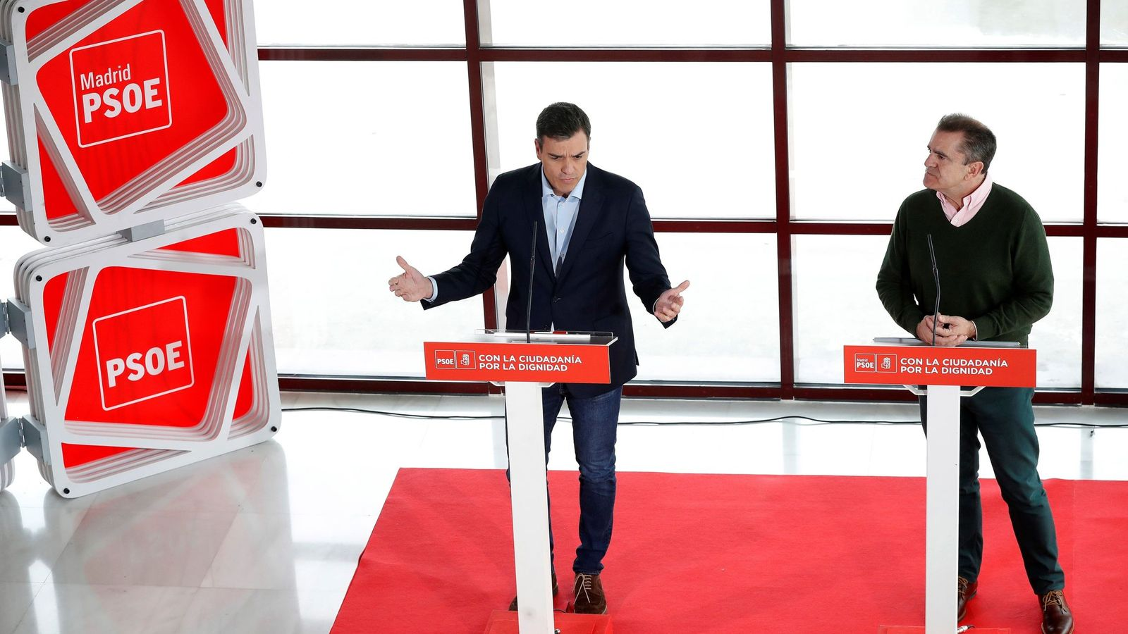 Foto: Pedro Sánchez y José Manuel Franco, líder del PSOE-M, este 9 de abril en rueda de prensa en Coslada. (EFE)