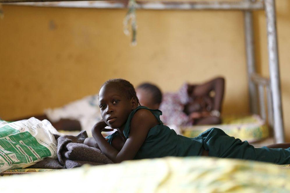 Foto: Una niña que escapó de Boko Haram descansa en un campamento para desplazados en Malhoki, Nigeria (Reuters).
