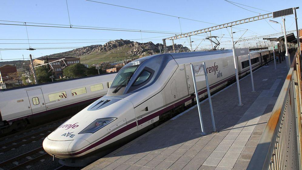 Foto: Un tren de Alta Velocidad a su paso por una estación. (EFE)