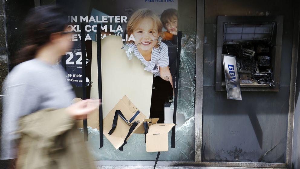 Los okupas de Gràcia avisan de que no habrá paz si no les devuelven el banco