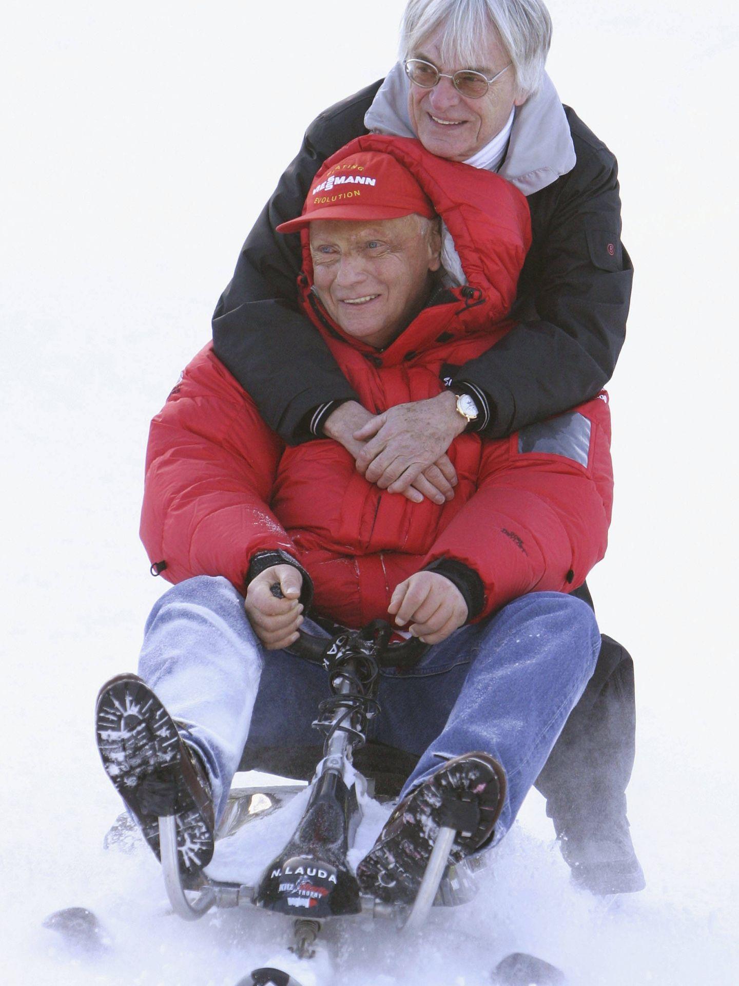 Niki, junto al capo de la F1, Bernie Ecclestone. (Getty)