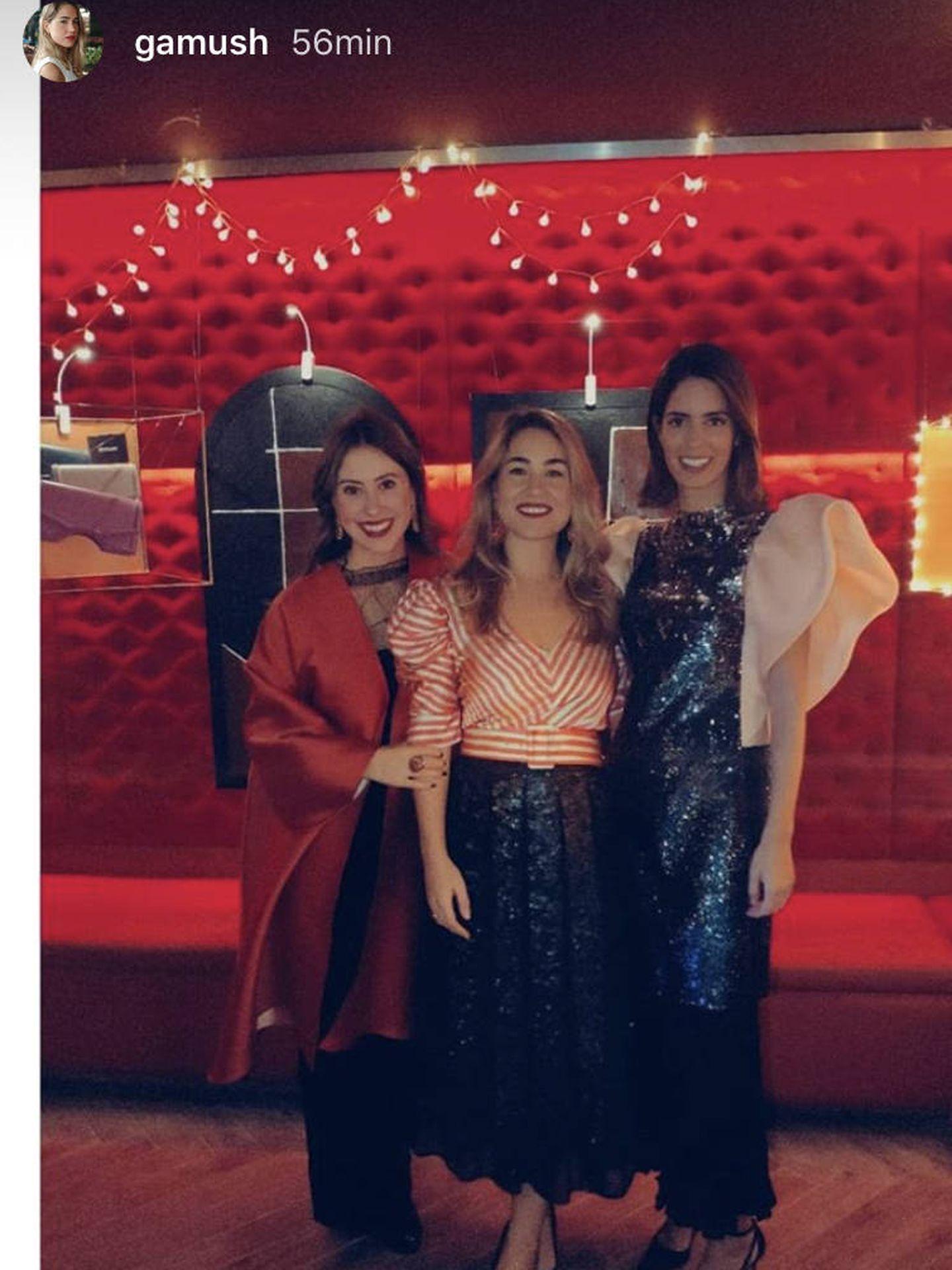 Sofía Palazuelo, junto a dos amigas en la fiesta. (Redes)