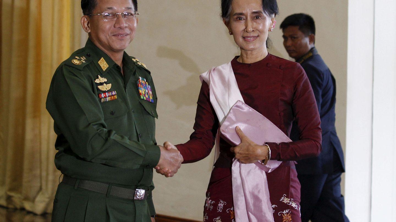 Min Aung Hlaing con Aung San Suu Kyi en Naypyitaw, en diciembre de 2015. (Reuters)