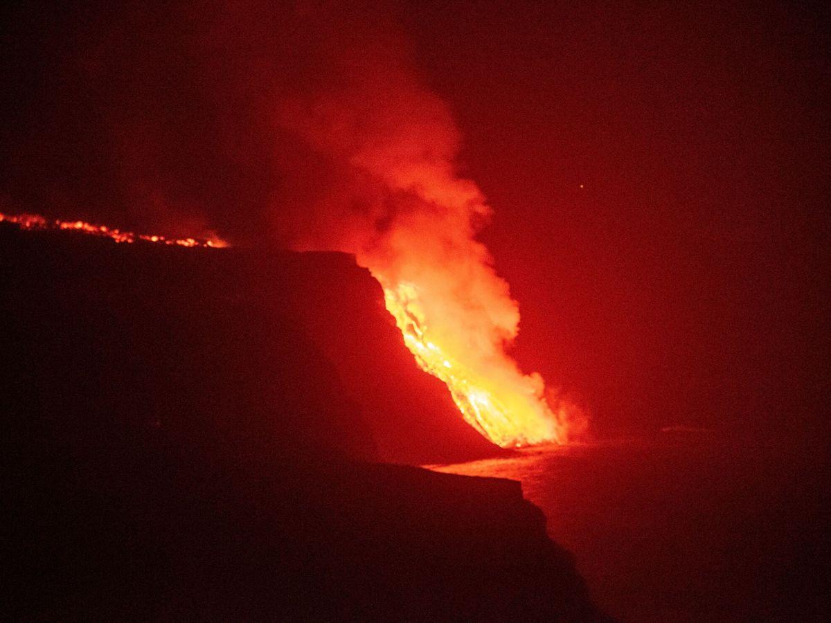 Foto: La lava llega al mar. (EFE)