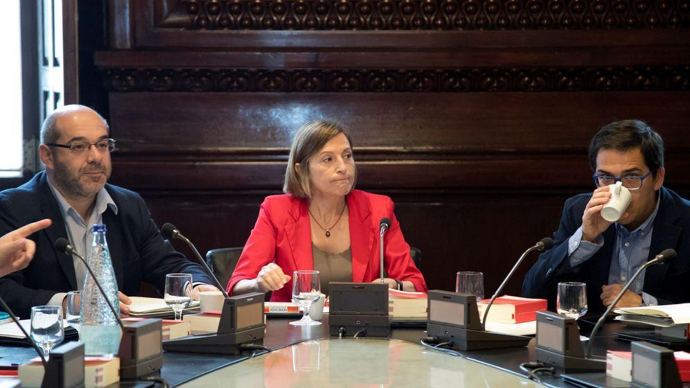 Foto: La presidenta del Parlament, Carme Forcadell, junto al vicepresidente primero, Lluís Guinó (i), y el vicepresidente segundo, José María Espejo-Saavedra (d). (EFE)