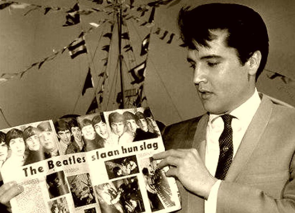 Foto: Elvis Presley muestra un reportaje sobre los Beatles en una revista
